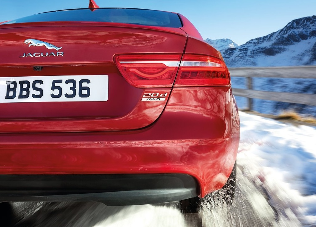 Jaguar-XE_AWD_2017_1024x768_wallpaper_0b